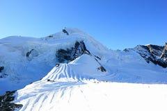 Corsa con gli sci del ghiacciaio Picco di montagna di Allalinhorn, 4.027 m. Le alpi, Svizzera Fotografia Stock Libera da Diritti