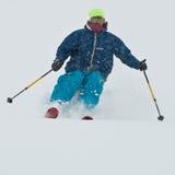 Corsa con gli sci del giovane nella bufera di neve Immagini Stock Libere da Diritti