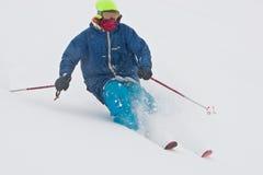 Corsa con gli sci del giovane nella bufera di neve Fotografia Stock Libera da Diritti