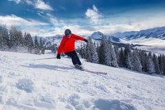 Corsa con gli sci del giovane nella stazione sciistica di Kitzbuehel nelle alpi di Tyrolian, Austria Immagini Stock Libere da Diritti
