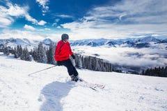 Corsa con gli sci del giovane nella stazione sciistica di Kitzbuehel, Tirolo, Austria Immagine Stock Libera da Diritti