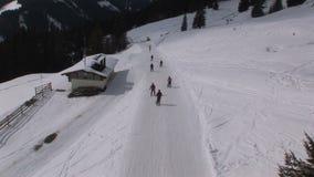 Corsa con gli sci del gruppo in Saalbach-hinterglemm Austria archivi video