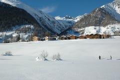Corsa con gli sci del paese trasversale nelle alpi svizzere Immagini Stock Libere da Diritti