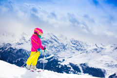 Corsa con gli sci del piccolo bambino nelle montagne Fotografie Stock