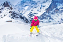 Corsa con gli sci del piccolo bambino nelle montagne Fotografia Stock Libera da Diritti
