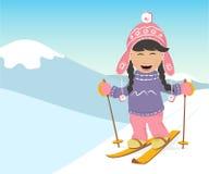 Corsa con gli sci del ragazzo e della ragazza nelle montagne Immagine Stock