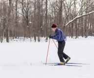 Corsa con gli sci dell'uomo anziano nella neve di inverno del paese trasversale Fotografie Stock