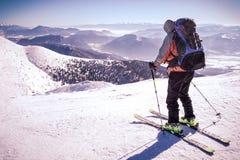 Corsa con gli sci dell'uomo in montagne Immagini Stock Libere da Diritti
