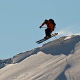 Corsa con gli sci dell'uomo in montagne di Caucaso Immagini Stock