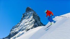Corsa con gli sci dell'uomo nella neve fresca profonda della polvere Fotografia Stock Libera da Diritti