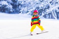 Corsa con gli sci della bambina nelle montagne Immagine Stock Libera da Diritti