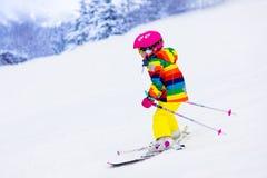 Corsa con gli sci della bambina nelle montagne Fotografie Stock