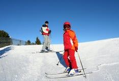 Corsa con gli sci della famiglia nelle alpi Fotografia Stock Libera da Diritti