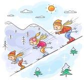 Corsa con gli sci della famiglia nelle montagne insieme Fotografia Stock Libera da Diritti