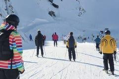 Corsa con gli sci della gente nelle alpi europee. Fotografie Stock