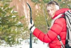 Corsa con gli sci della giovane donna nella foresta il giorno soleggiato di inverno. Fotografie Stock
