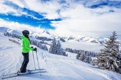 Corsa con gli sci della giovane donna nella stazione sciistica di Kitzbuehel e godere del bea immagine stock libera da diritti