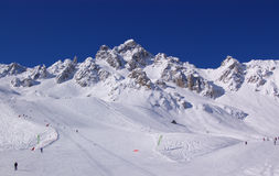Corsa con gli sci della montagna di inverno Fotografie Stock Libere da Diritti
