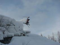 Corsa con gli sci della montagna di salto Immagini Stock