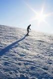 Corsa con gli sci della montagna sotto il cielo blu Immagini Stock Libere da Diritti