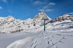 Corsa con gli sci della montagna - vista al Cervino, d& x27 dell'Italia, Valle; Aosta, Cervinia Immagine Stock