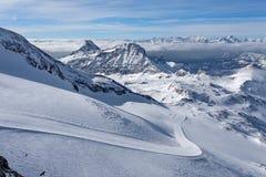 Corsa con gli sci della montagna - vista panoramica dal plateau Rosa ai pendii dello sci e al Cervinia, ` Aosta, Breuil-Cervinia, Fotografie Stock Libere da Diritti