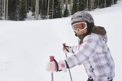 Corsa con gli sci della ragazza ad una stazione sciistica Fotografia Stock Libera da Diritti