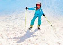 corsa con gli sci della ragazza alla stazione sciistica Immagini Stock