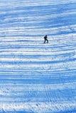 Corsa con gli sci della ragazza sui pendii nevosi di sera con trasversale immagini stock