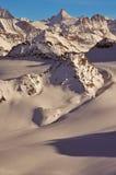 Corsa con gli sci della regione selvaggia nelle alpi svizzere Fotografie Stock Libere da Diritti