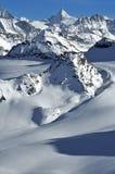 Corsa con gli sci della regione selvaggia nelle alpi svizzere Immagini Stock Libere da Diritti