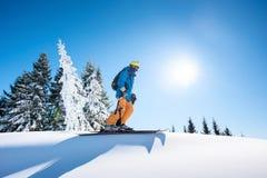 Corsa con gli sci dello sciatore nelle montagne fotografia stock