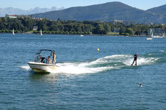 Corsa con gli sci di acqua Immagine Stock