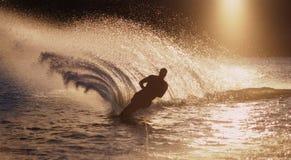 Corsa con gli sci di acqua dell'uomo