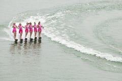 Corsa con gli sci di acqua delle signore Fotografia Stock
