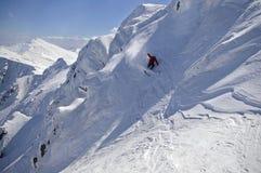 Corsa con gli sci di Freeride in alte montagne Immagini Stock Libere da Diritti