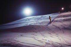 Corsa con gli sci di notte su una notte nevosa Fotografia Stock