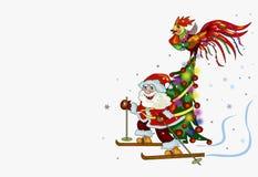 Corsa con gli sci di Santa Claus con l'albero di Natale e un gallo Immagine Stock Libera da Diritti
