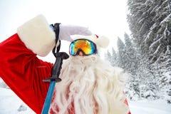 Corsa con gli sci di Santa Claus nelle montagne su neve nell'inverno in Christm fotografie stock