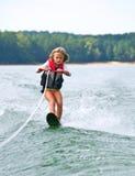 Corsa con gli sci di slalom della ragazza Fotografie Stock