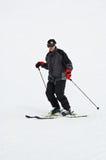 Corsa con gli sci in discesa dell'uomo Fotografia Stock