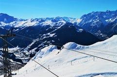 Corsa con gli sci e piste in alpi svizzere Immagine Stock Libera da Diritti