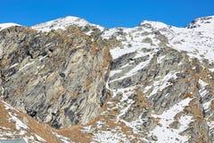 Corsa con gli sci e snowboard in alpi Immagini Stock