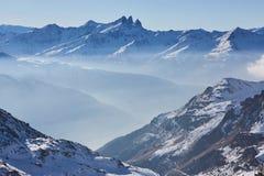 Corsa con gli sci e snowboard in alpi Fotografia Stock