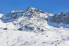 Corsa con gli sci e snowboard in alpi Fotografie Stock