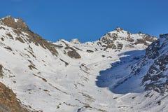 Corsa con gli sci e snowboard in alpi Fotografia Stock Libera da Diritti