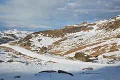 Corsa con gli sci e snowboard in alpi Fotografie Stock Libere da Diritti