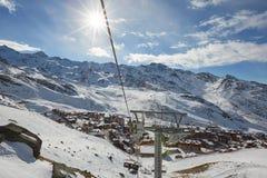 Corsa con gli sci e snowboard in alpi Immagine Stock Libera da Diritti