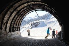Corsa con gli sci e snowboard della gente in alpi europee. Immagini Stock