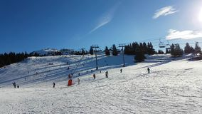 Corsa con gli sci e snowboard di Ski Slope With Many People archivi video